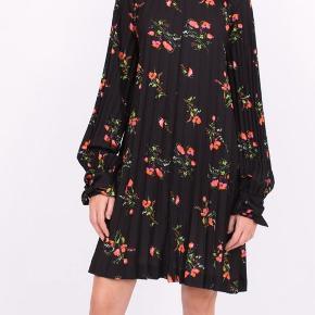 Sælger min smukke kjole fra Julie Fagerholdt. Kjolen er brugt en enkel gang og fremstår derfor i perfekt stand.  Kjolen er str. 34 men er stor i størrelsen.  Mp er 1.500 da den stort set er ny, men jeg er åben for bud. Handler via mobilpay og dao. Hvis andet ønskes skal køber betaler Tradono gebyr