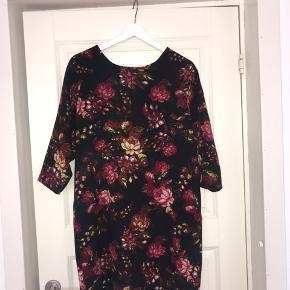 Selected kjole med bindebånd i gruppen. Brugt men fejl intet. Har en rigtig flot længde