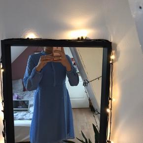 Sød kjole fra Vila, kun prøvet på.  Sælges da jeg ikke får den brugt, BYD gerne🌸