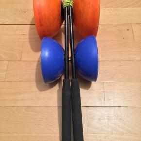 """Diabolo Finesse. Fra Mister Babache lavet af robust Hires gummi materiale i Schweiz.   Brugt af professionelle jonglører til tricks & shows. En avanceret """"præcisions"""" djævlespil som giver dig et hav af muligheder. Diaboloen henvender sig til den let øvede til avancerede bruger.   Akslen er udført i et specielt materiale af stål & kulfiber med minimal friktion mod snoren. Den lave friktion mellem diabolo & snor gør at diaboloen spinner i længere tid, så der er længere spin-tid til tricks.  Dens udformning gør at diaboloen er meget stabil, selv ved ringe omdrejninger.  Størrelsen gør at den er nem at fange ved høje kast. En diabolo legetøj som både børn & voksne kan """"vokse"""" med.  Lækre 35 cm fiberstave/styrestænger med godt ergonomisk neoprengreb fra tyske Henrys. Fiberstavene har den egenskab at de er let fjedrende. Det giver hjælp til at spinne diaboloen op i fart fordi man kan """"svirpe"""" med den fjedrende stav. Nypris 169kr.   Orange diabolo HxØ: 13x13,5 cm. 252 g. Nypris 305kr.  Blå diabolo HxØ: 10,5x10 cm. 154 g. Nypris 179kr.   Nypris samlet 653 kr. Sælges billigt 299 kr.   https://www.pegani.dk/da/produkter/diabolos/finesse-diabolo---mr-babache"""