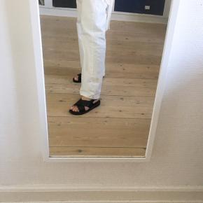 Sorte sandaler  - De er næsten ikke brugt og har ingen skader  - Fra ASOS  Pasform: -Kan passe fra str. 35-36,5 da de kan justeres.   Styling:  - Hvis man ønsker et mere retro look, så er de super fede med sokker i.