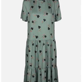 Fineste kjole fra Moss Copenhagen i en str. S (Kan også passes af M) 🌸 Den er brugt og vasket få gange og fremstår derfor uden brugsspor. Kjolen er i et blødt, skinnende materiale, og har det fineste blomstermønster samt knappelukning i ryggen.   Nypris 550 kr 🙌🏻