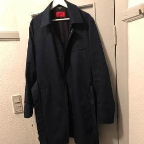 Super fin og lækker HUGO BOSS jakke. Super lækkert kvalitet og passer til alle sæsoner. Smid et bud.