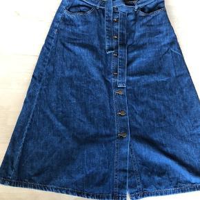 Cool denim-nederdel i A-snit og bindebånd. Brugt et par gange