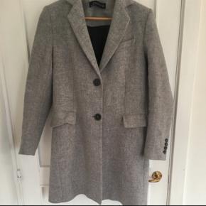 Helt ny Zara frakke i uld Købt for 900kr Sælges til 350kr Aldrig brugt og fejler derfor intet Str small