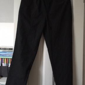 Lækre bløde bukser med elastik i taljen og lommer. Farven mørkegrå med smal stribe. Passer str M; 38