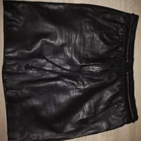 Super lækker nederdel fra btf, den er som ny. Den har været på en eftermiddag. Desværre er en 1 nummer for lille til mig. Har selv lige givet 1500 for den 🤔 🙈
