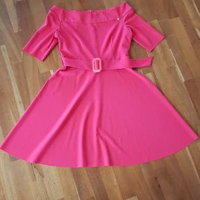 Købt hos Sophies Tøjhus i Aarhus. Den er lavet i Italien og er af mærket RINASCIMENTO. Jeg har valgt farven rød og den hælder mod det pink uden at være det. 95 % polyester 5 % elastan.