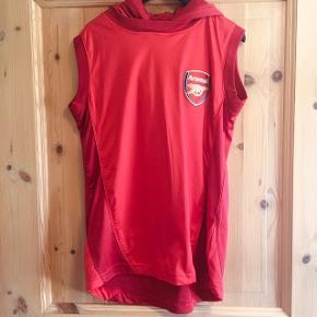 Arsenal fodboldtrøje.  Super flot og anderledes trøje uden ærmer og med hætte.  Super flot stand.   Sender gerne med DAO😊