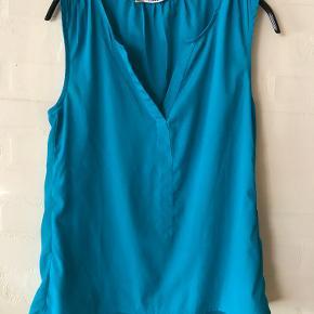 """Blå/Turkis ærmeløs Bluse/Top  Bluse/Top er i A-form m. let V-udskæring foran  Mulighed for """"Køb nu"""" eller mødes og handle :)"""