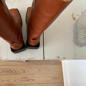 Ganni mc boots 💘 brugt 5 gange cirka, har ridser som skaber patina 👋🏽
