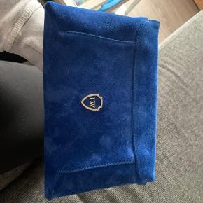 Virkelig flot blå ruskindstaske fra Leowulff! Er næsten som ny og har derfor meget få og små ridser i ruskindet, men kan kun ses, meget tæt på. Sælges da jeg ikke får den brugt