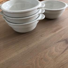 Pillivuyt suppe eller salat skål, hvide, 4 stk, ø13 cm, brugt få gange, næsten som nye Obs: den ene skål har et lille mrk i glasur v/hank, det er ikke et skår. NYpris pr skål er kr 199