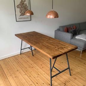 Lækkert spisebord i fyrretræ L: 180 cm  B: 73  H: 75  Hurtig handel og afhentning