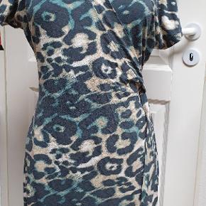 Flotte slå om  kjole,der også er super over et par jeans.  92%viscose og 8 % elasthane. Vasket 2 gange.