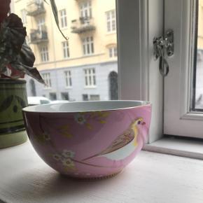 🌛🌸 Smuk stor keramik skål, der kan bruges til det hele. Ingen skår eller lignende. Købt i Rice.  Nypris 129 kr. Sælges for 40 kr.   🌼 Bytter ikke!   🌍 Afhentes på Nørrebro  💌 Kan sendes til 36 kr med DAO