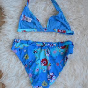 Brand: Aqualoca Varetype: bikini Størrelse: 38/ 75 A Farve: Multi  Flot bikini i meget pæn stand og i friske farver.  Livvidde: 70 cm  Brystvidde: 62 cm  Består af: 80 polyester og 20% elastine.  Bytter ikke. Har mobilpay