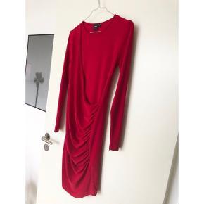 Sælger denne fine kjole fra Asos. Brugt to gange og fremstår som ny ✨ Kjolen er i et rigtig lækkert stof som også er elastisk 💃