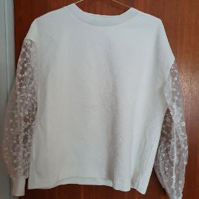 Super fin bluse fra Zara med de fineste gennemsigtige ærmer. Sælges da jeg ikke rigtigt bruger den  Køber betaler for fragt