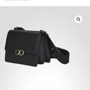 Sælger min Oh! By kopenhagen fur taske. Den er aldrig brugt stadig med mærke og en lille rygsæk agtig taske som følger med. Np er 2300