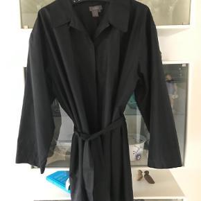 Brand: Silkwear Varetype: Jakke Størrelse: L/XL Farve: Sort Oprindelig købspris: 1500 kr.  Str er M men svarer til L / Xl brystvidde 67 cm længde 83 cm   Rigtig let trenchcoat  med ganske let for   Go pris v køb af flere ting
