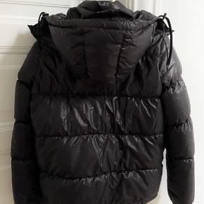 """Lækker jakke fra InWear med hætte. Standen er sat til """"God men brugt"""" men den fejler ingenting. Jeg har selv brugt den til ski - selvom det ikke er købt som en skijakke. Passer en str 36/38"""