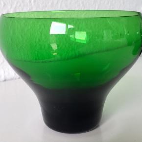 Flotte sjældne grønne Canada champagneglas / champagneskåle designet af Per Lütken i 1950'erne.   Det ene har et mikro nag på kanten .   Pris 135 pr. Stk Pris for det med nag 100 kr  Fragt tillægges hvis det skal sendes