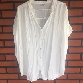 Super viscose oversize skjorte str 46 Overvidde 76x2cm. længde 76 cm  Jeg har tabt mig og sælger alt mit sommer og ferie tøj alt str 46