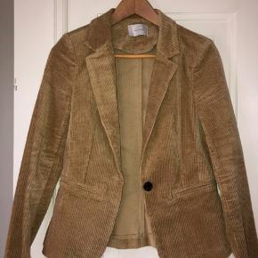 Super lækker jakke som jeg desværre er blevet for stor til.