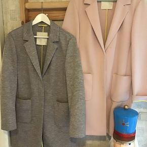 To så fine frakker Betty B Outdoor, lækkert stof 80% polyester, viskose/elasthan, vask 30 grader - pris: grå 600,- brugt ganske lidt, rosafarvet 400,- let fnuller (ny pris var 1899,-pr frakke)