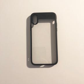 Transparent cover med sort kant. Beskytter godt samtidig med at man kan se den flotte iPhone igennem. Passer til IPhone X