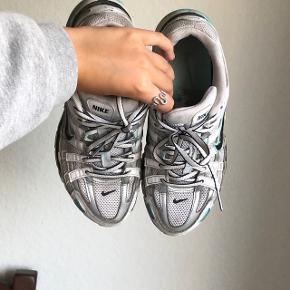 Overvejer at sælge mine Nike p-6000 i turkis blå, hvid, Metallica sølv grå og sort  Gøres rent inden sendes.   Str 38,5 men str 39 kan også bruge dem.  Multi   Sneakers. Løbesko, træningssko, vintage, y2k, Retro
