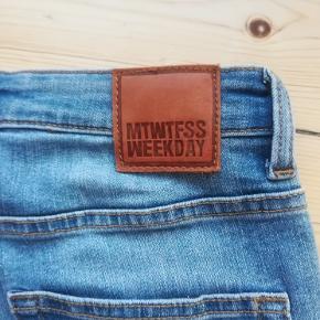 Jeans, Weekday, str. 28, Lyseblå, God men brugt  Materiale: 70% bomuld, 28% polyester og 2% elastan. Modellen hedder Thursday Iblue. Eventuel fragt lægges oveni: 38 til nærmeste posthus/butik.