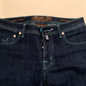 Jacob Cohen Jeans i str. 32. Håndlavede jeans med lidt stretch, noget af det mest komfortable og exclusive der findes indenfor jeans. Nypris mellem 2800-3500,- Så gode som nye.!!  Google brandet hvis ikke du kender det.  Prisen er FAST.!!