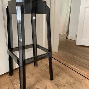 Barstol i klar sort plast.   Sæde måler 27x27 cm og højde på stolen er 75 cm.   Kan afhentes på Nørrebro.
