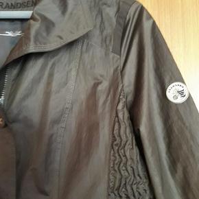 FRANDSEN jakke i den kendte og super gode kvalitet. Jordfarvet med en skøn pasform. Mange fine detaljer. Købspris: 1399,- kr.  Sender gerne.