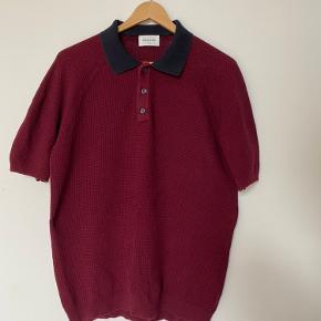 Bordeaux Woodwood knitted/strikket Kosmo polo i str medium. Brugt ca 10 gange Afhentes/køber betaler forsendelse 👍🏻 Skriv endelig v spørgsmål