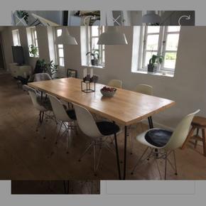 Spisebord med fyrretræsplanker og sorte metalben, mål: 220x90x74 cm. Stabilt.