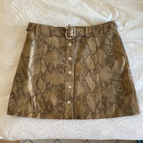 Sælger denne fine nederdel fra ZARA i læder.   Mp 250 kr u/fragt 🌼