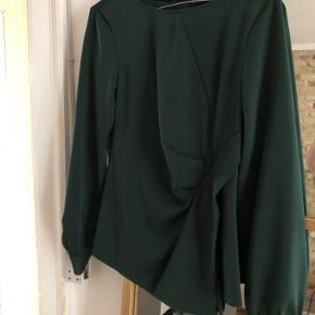 Flot bluse fra Zara i flaskegrøn.  Den sælges for 50 + porto eller kan afhentes på Østerbro.
