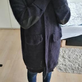 Lang varm strik cardigan med lommer og læder lapper på albuerne.
