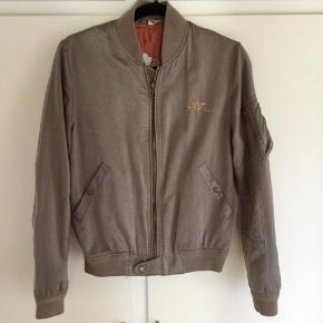 Smuk enkel jakke fra kvalitetsmærket MOS MOSH.  Jakken er lækkert syet i eksklusivt materiale. Den er desværre lidt for stor til mig.