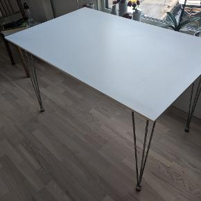 White table with elegant metal legs. The legs can be removed easily. Approx. 120x80