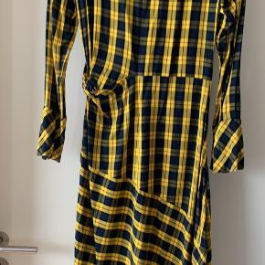 Gulternet kjole fra Envii kjole  Brugt 2-3 gange  Gul, sort, blå