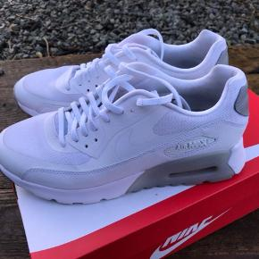 Sportssko/Sneakers Farve: HVID Oprindelig købspris: 1199 kr. Lækre Nike sko. Brugt få gange. De er meget velholdte.