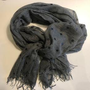 Pieces tørklæde - Mørkegrå med sorte stjerner Tørklædet måler ca. 90 x 200 cm.  Byd :-)