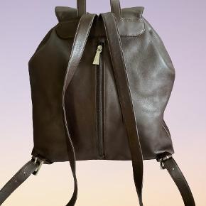 Vintage Esprit rygsæk med snøre i mørkebrun 🤎 Materiale: kunstigt læder (ret sikker) Ekstra rum: 3