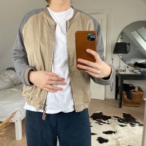 Plus Fine kort jakke med sweatshirt ærmer  Str. S (passer og XS)  Brugt få gange. Fejler intet