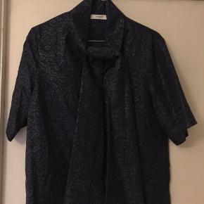 Bluse fra Lovechild 1979, brugt 1 gang. Mørkeblå med fint mønster i stoffet. Str 36. Pris kr 150,- + fragt