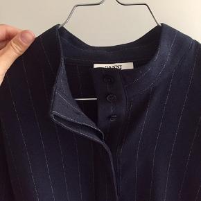 Mega fin bluse fra Ganni med knapper foran. Blå farve (farven på første billede er den farve, som blusen er).